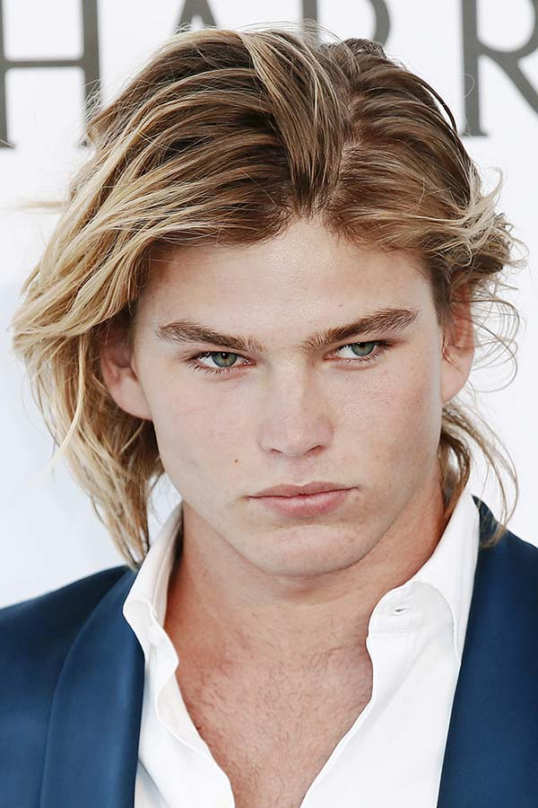 Jordan Barrett's Messy Highlighted Locks #surferhair #longhairmen #menshairstyles #beachwaves